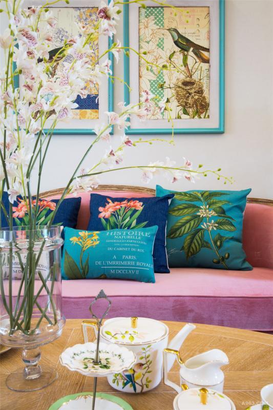 深绿、深蓝色系的靠背选择,让沙发瞬间成为客厅的主角。