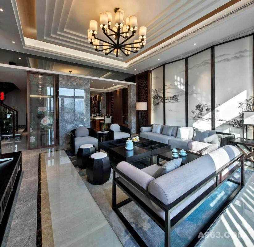 【一层】 客厅● 韵律整齐的客厅里,充满了稳健有序的宁静。简洁线性折叠天花,使空间富有层次感之外,错觉向上延伸,更显矗立。
