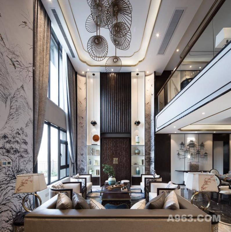 一层客厅以中式花鸟山水刺绣为主题设计弧形半围合背景,空间完整、丰富界面关系同时营造人文气息。  整体的色调氛围灵感则源于水墨画黑与白的意境转化,沙发组合间不仅注重与硬装的色彩及图案进行呼应,且各沙发的材质选择也有细微变化,以此营造不同触感,体现空间包容性。