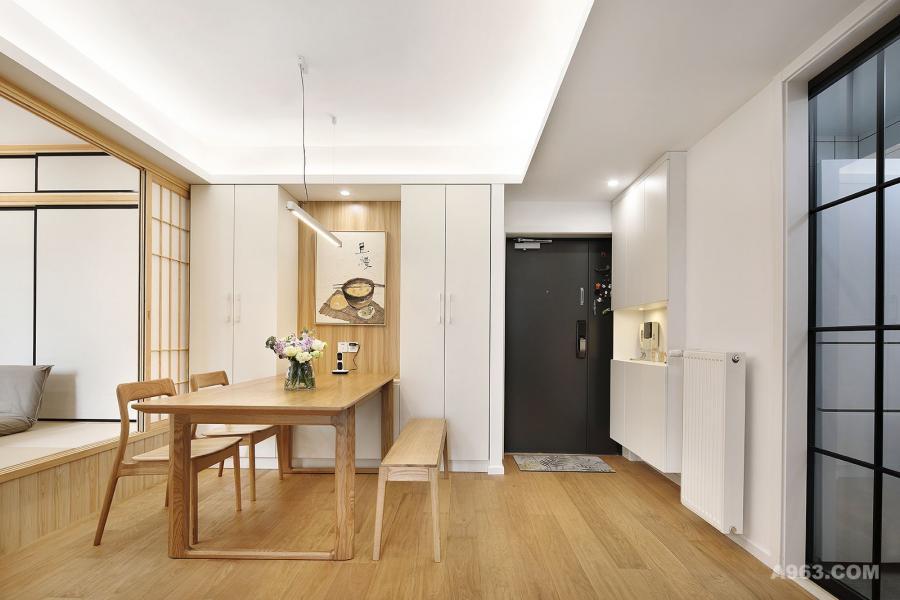 进门玄关做了整体鞋柜,以白色为主,中间镂空添加灯带,可以随身放置进出门的随身物品,整体简洁,美观大方。