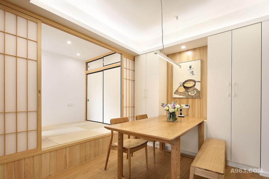 次卧改成的多功能榻榻米房间,原木色的材质温馨、舒适