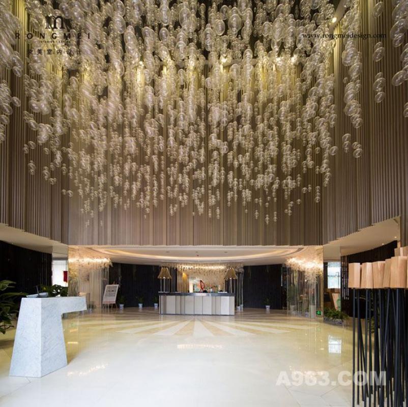 售楼处大堂: 售楼处神秘而现代的风格,不只体现在颜色、材料和形状上,最吸引人的还是灯光设计。一走进售楼处,一长串精致的泡泡灯,从天花板上有序地、持续不断地撒落下来,星光点点笼罩着你,美轮美奂。