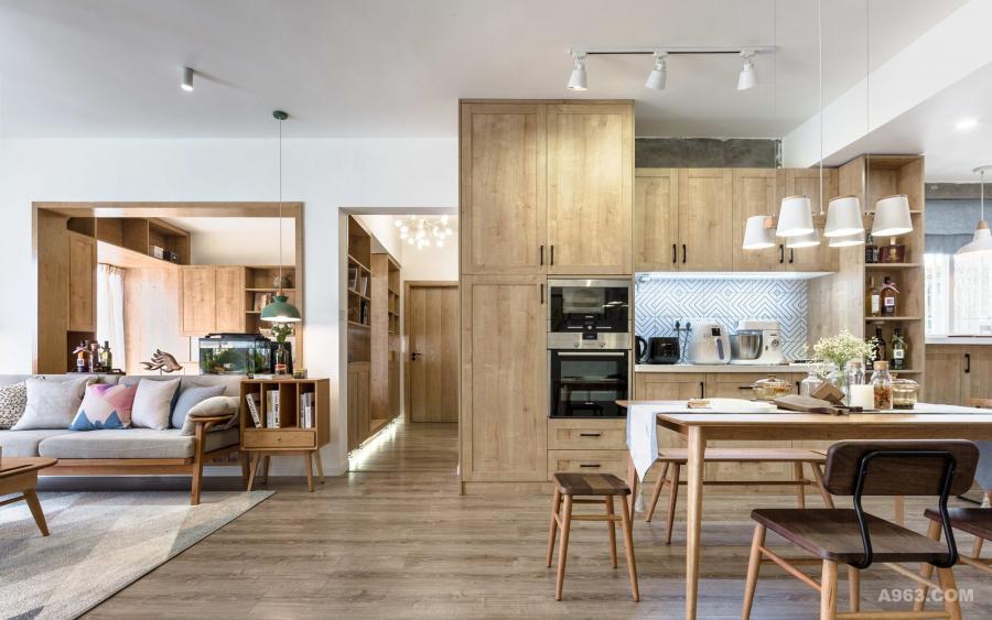 客厅、餐厅、阳台三个空间的相互承接让空间显得通透大气