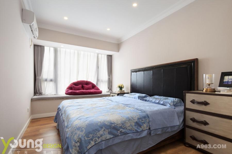 黑色大气的床配上淡蓝色的床单,莫名就可以让人身心平静,简直是入夜好伴侣。