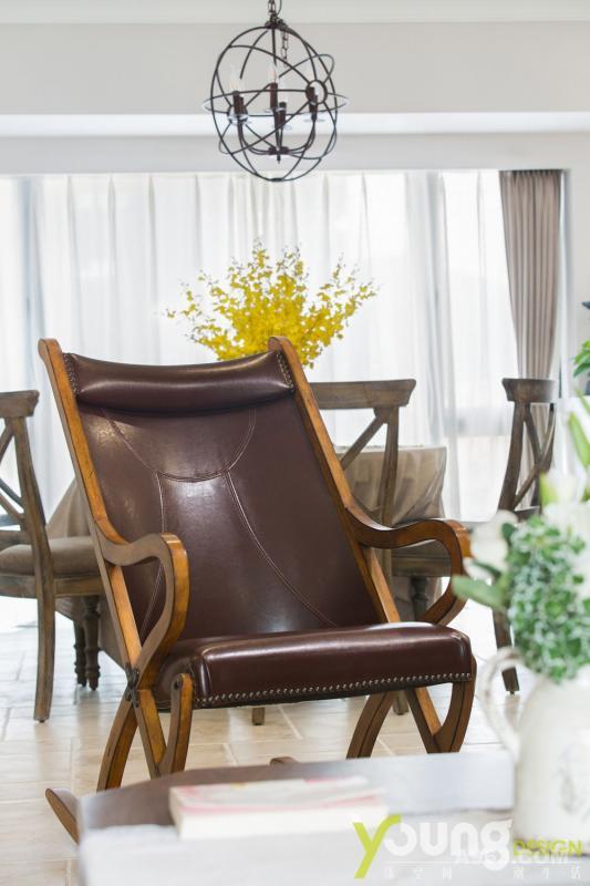 特意做旧的真皮摇椅,为空间增添了复古气息。