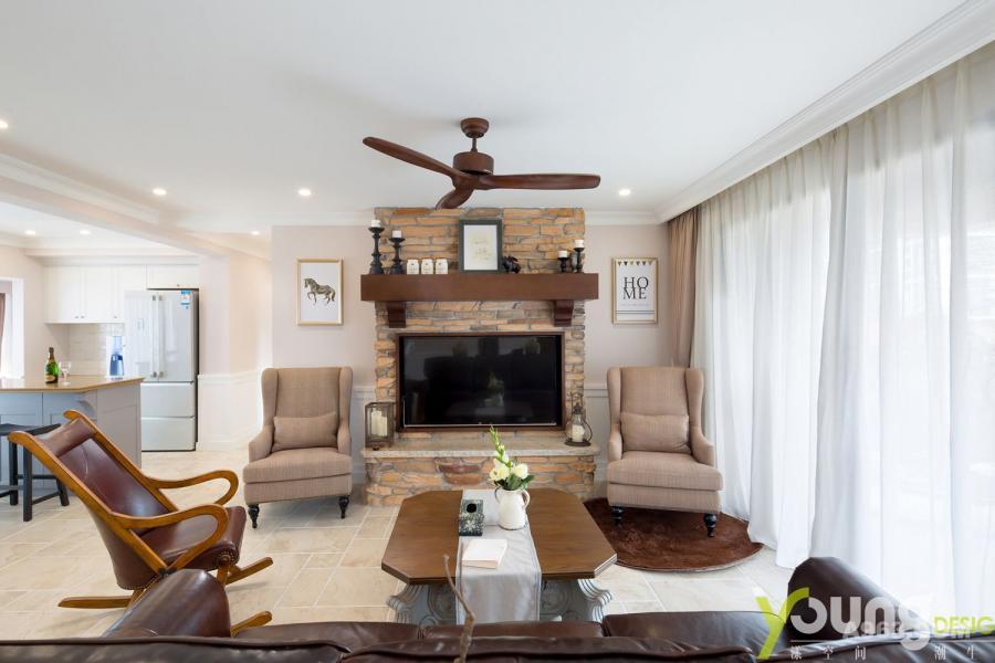 客厅整体以乳白、米黄和深棕为主,大气又不失雅致,休闲自在又上档次。红砖堆砌的电视墙很吸引人的眼球,粗狂质朴,仿佛传统和现代的连结。