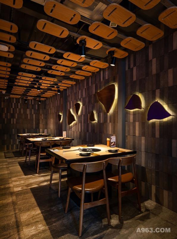 空间整体布局与动线疏密有致,入口门厅的挑高与就餐区的私密相得益彰,使空间生动,有趣,宜人的尺度在金黄色灯光下充分表达了目标消费者对舒适惬意的就餐氛围共鸣和解读。