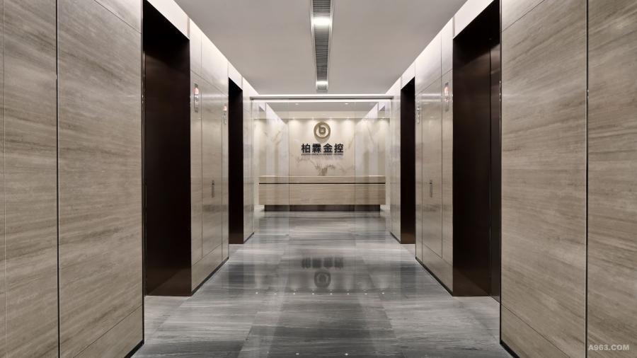 """深圳市柏霖金融投资控股有限公司(简称""""柏霖金控""""),创立于2015年。柏霖金控的整体设计理念是 ——金玉其内,至简至真;主张高效现代的办公体验。这与企业作为金融公司的气质相融,也与其追求专业,创新的价值观不谋而合。"""