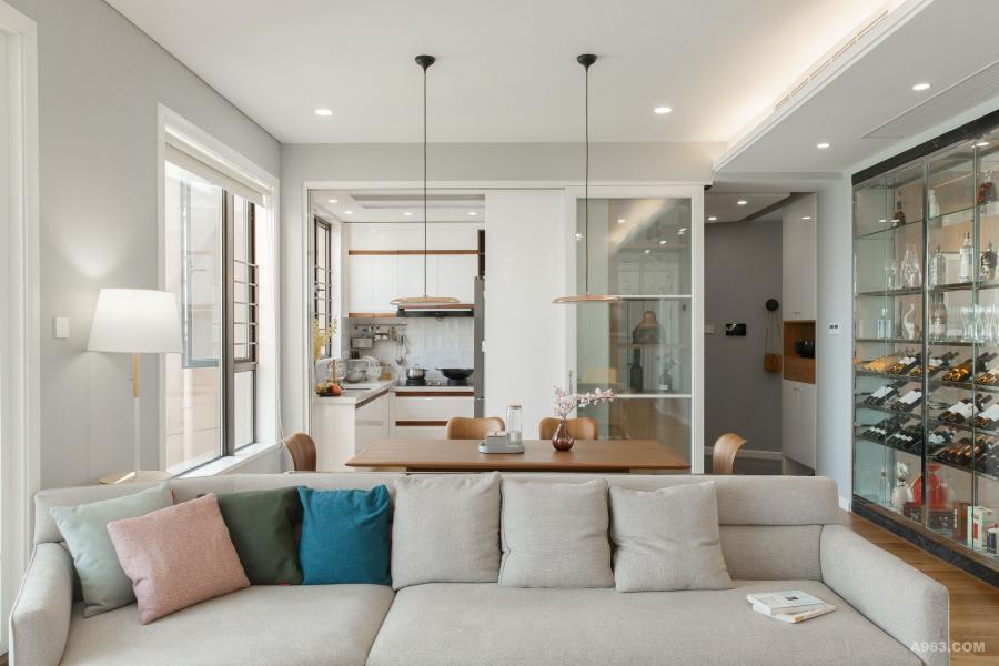 为了扩大客厅的视觉感,设计了开放式厨房,但对于中厨来说,油烟是个大问题,所以特意设计了一个玻璃门在玄关处,平时是玻璃屏风,如需要做大量油烟的饭局时,可以把它推开即变成厨房的双扇玻璃门。
