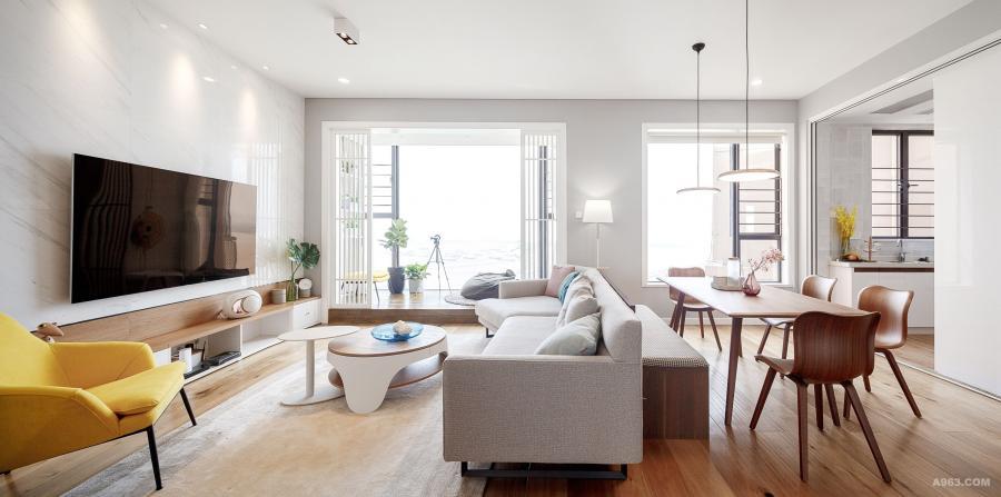 整体色调以宜居的浅色调与高雅的淡灰色为主,全屋木地板是为了能让4岁的孩子在家中自由地玩耍。
