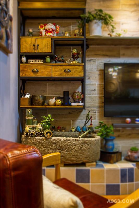 木纹砖铺贴电视背景加以铁架装饰,让美式乡村味道更足。