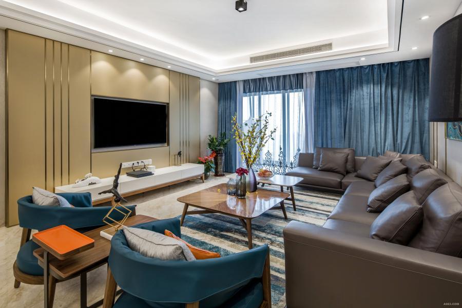 设计师用现代简约设计手法来诠释空间,大面的落地窗拥有极佳的视野,蓝与灰色调的运用赋予了空间独特的雅韵和品质感。