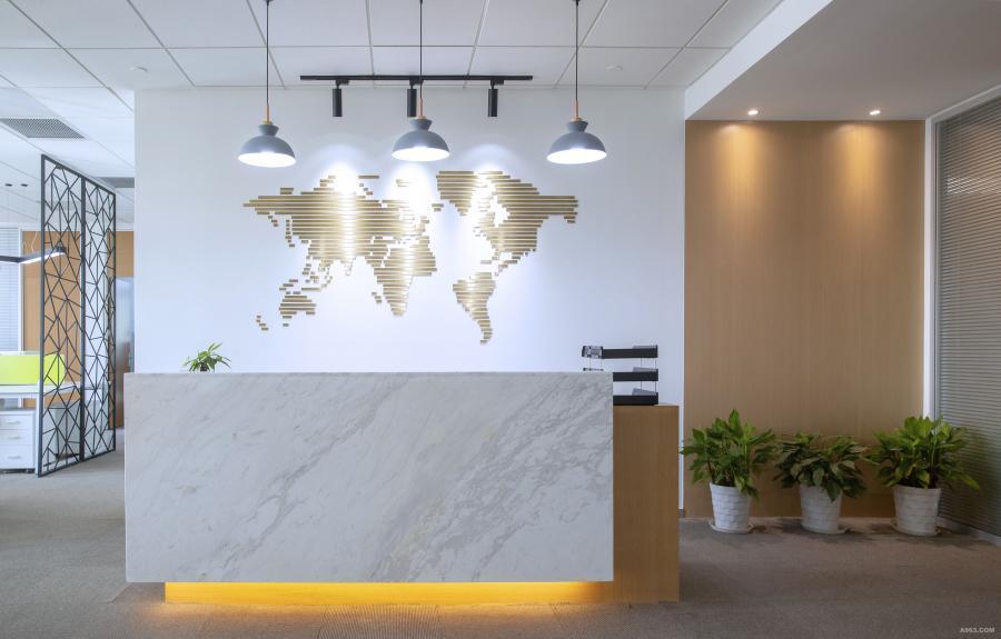 办公室一进门是前台的位置,背景墙抽象化的不锈钢地图墙饰寓意公司的业务全球化。