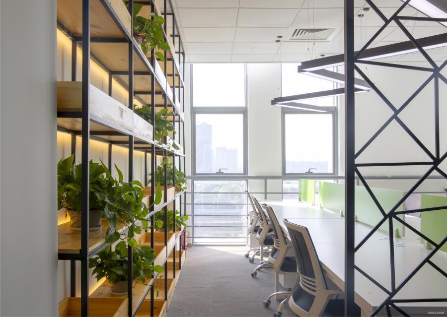 整体的动线设计一气呵成,开放式的办公室宽敞明亮,W型条形灯设计形成了明暗的对比增加了几分韵味,办公桌边镂空隔断增加一些工业风的感觉。开放式的置物展示架配合暖光灯带显得十分温馨。