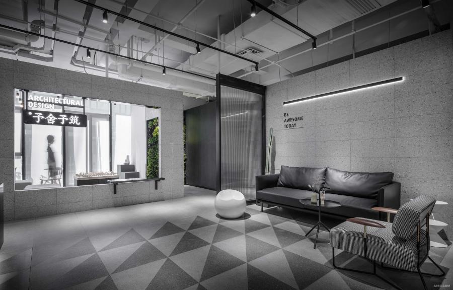 空间总体色调为冷静理性的黑白灰。