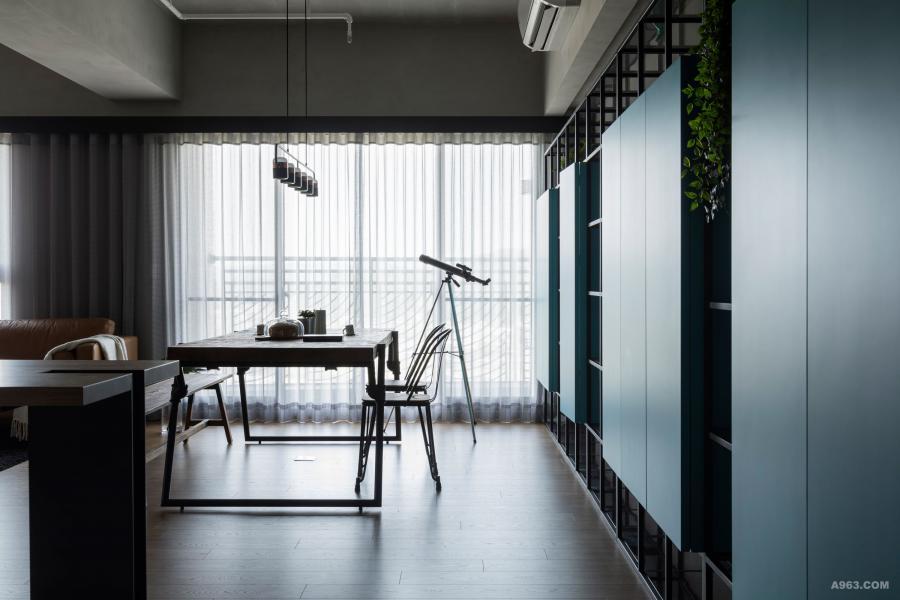 推開家門,佈置得猶如風格咖啡廳的空間帶著親切感,迎接歸來的主人