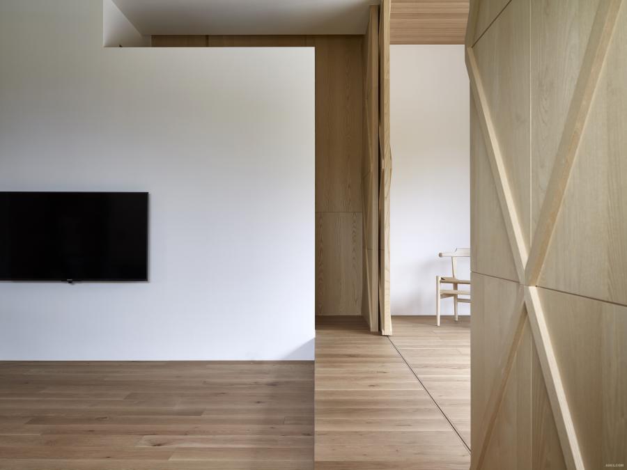 透過地坪高低落差的設計,滿足視覺遠眺於外的感官感知享受。