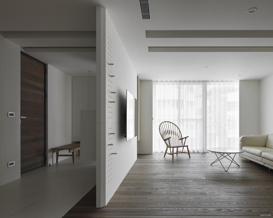 主牆面不以整個立面做規劃設計,而保有左右開口,讓視覺保有通透,介質得以輕盈。