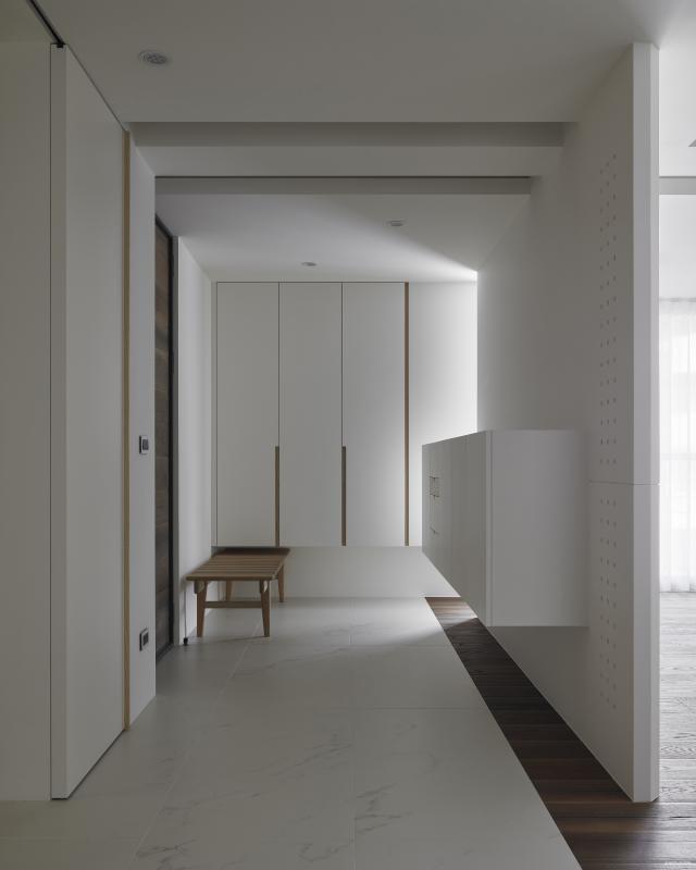 玄關區域櫃體以懸挑方式設計,營造輕盈的視覺感受。