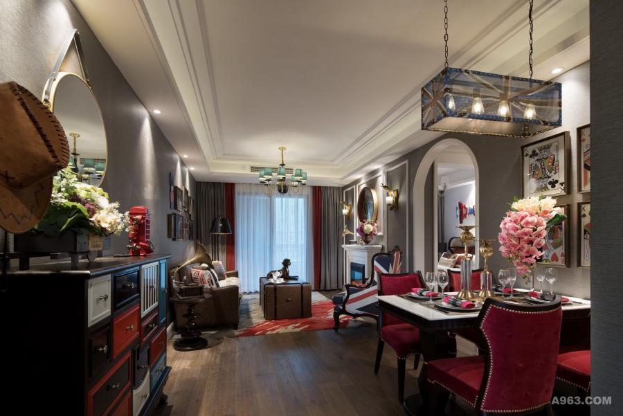 英伦风设计,源自英国维多利亚时期,常见有复古元素、精致装饰、苏格兰格子、淡雅色调。奢华与古典交织、浪漫与含蓄交汇的主视觉设计,是其一大亮点之处。