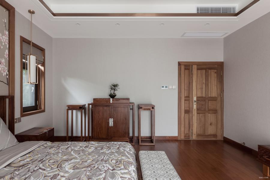 主卧 柚木的质感结合米色的墙纸,让卧室既温馨又充满舒适度