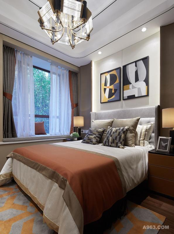 主臥空間以時尚簡潔的現代風格加以詮釋,木色材質搭配咖色主調,粗糙與細膩的不同肌理並存空間,在空間中達到巧妙的平衡,舒適與時尚碰撞,牽引出空間主人對精緻、優雅、舒適生活的追求。