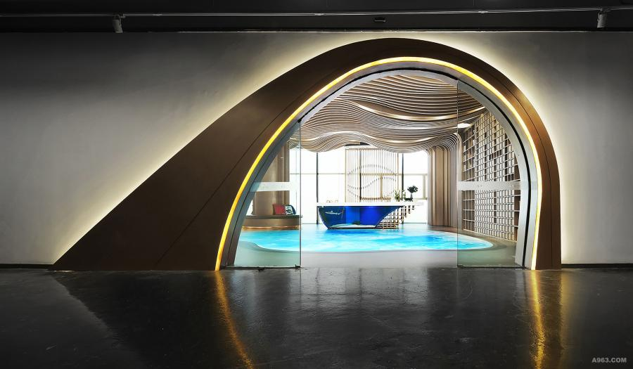 入口:接待台是接待区的亮点,是由一个大型的鱼缸组成的,一只黑鳍鲨游荡在鱼缸中带来强烈的视觉冲击力,再配合天花与墙面贯通的波浪型木饰面,海浪图案的艺术地坪漆,让来访者进来后就能有一种海滨休闲度假的感觉。