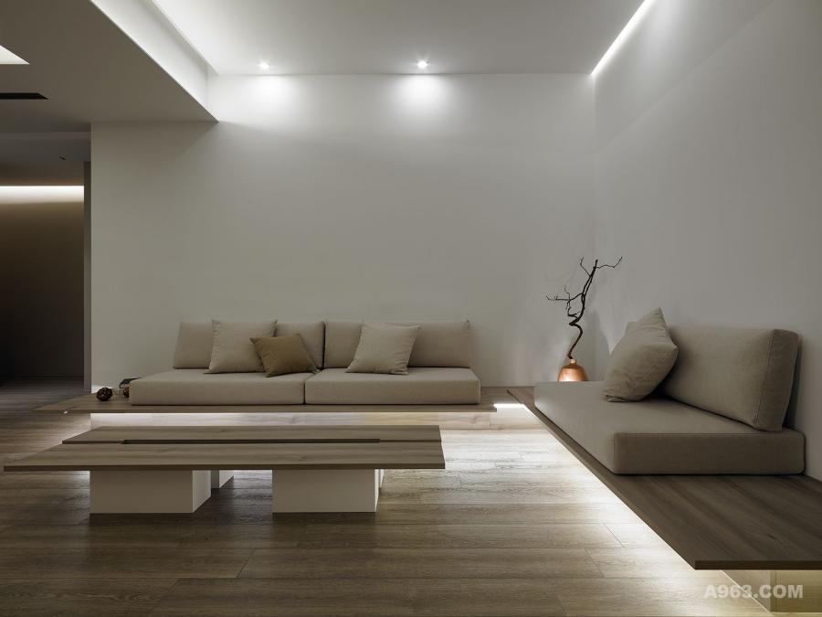 沙發座底緣的燈效除描繪其輪廓外,也提供閒暇恬靜的情境。