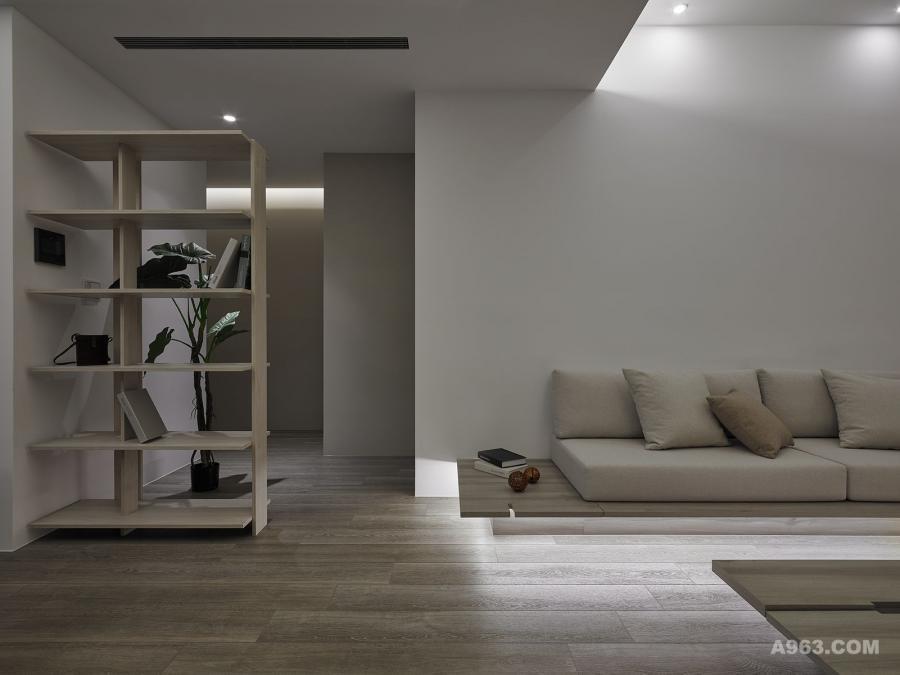 裸空造型的開放式書架,活用了原格局之室內走道玄關空間,也增添一點藝文詩意。