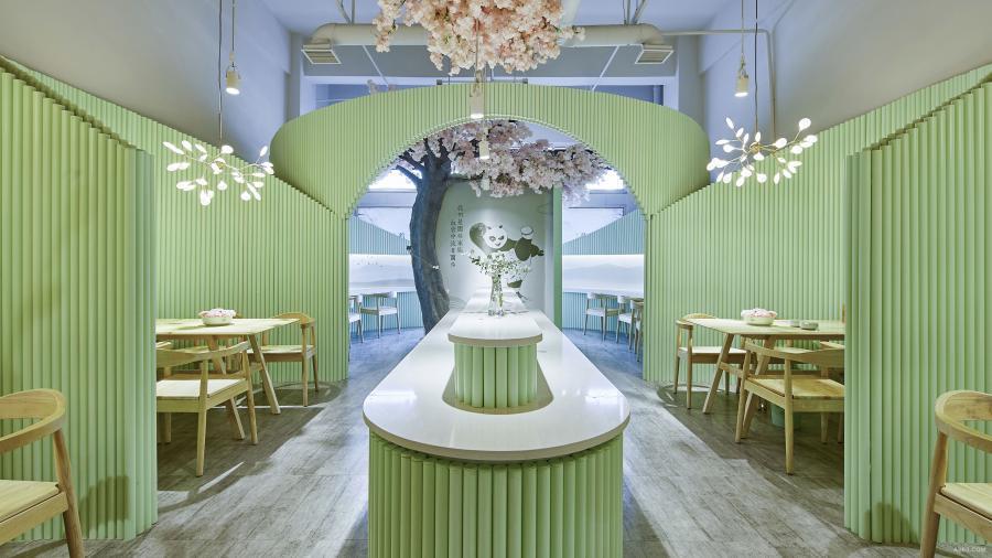 """从大厅看向玄关:设计师重视从多个角度看下一次序空间的""""框景"""",因为这也是身处在某一个具体空间就餐时食客的常规视角。多角度的框景,增加了空间的多变性和情趣感。"""