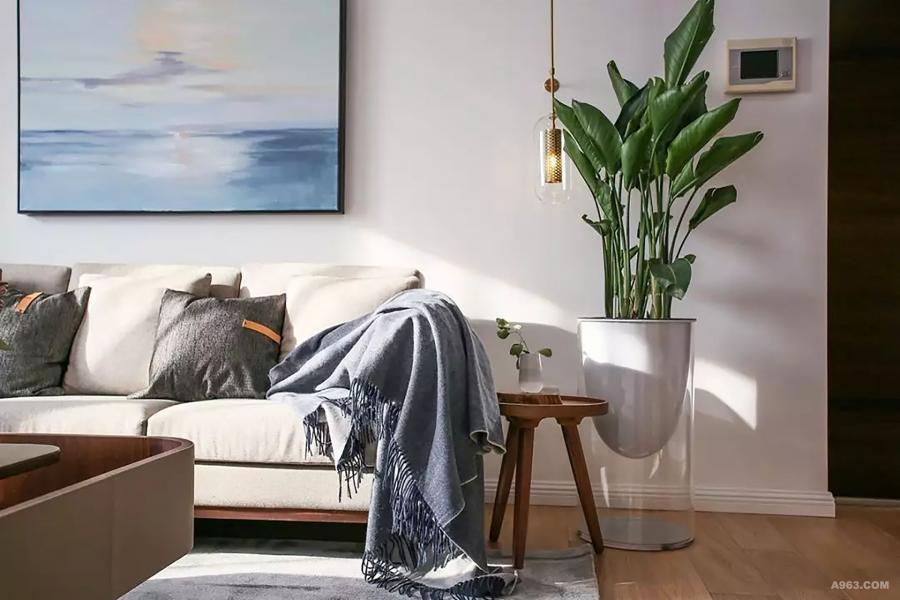 当午后的阳光最大限度的照进室内,洒在慵懒的沙发上是一天最美的时刻,太空花器比落地花器更具轻盈感,同样壁灯也取代了落地灯的形式让空间的形式感更强达到平衡。