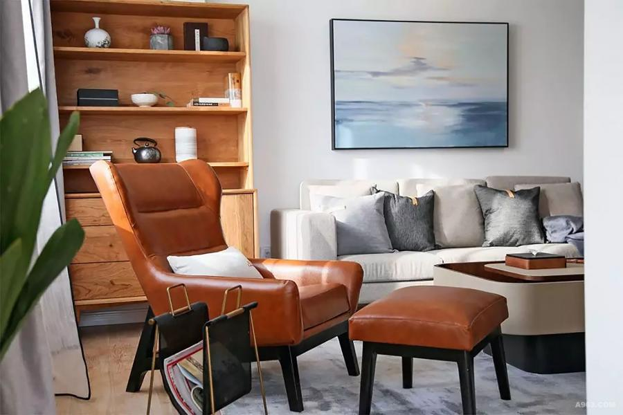 """因此材质上的""""暖""""尤为重要,比如面料以棉、麻、绒布为主,家具也多使用木质皮质,明亮温馨的灯光运用。"""