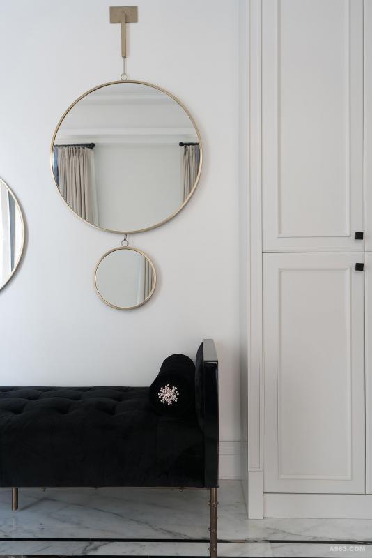 非黑即白的世界是简单的,我们想在进入家门的那一刻就能得到宁静。把眼花缭乱的色彩通通隔绝于门外,用最简单的黑白,最清爽细腻的金属线条来勾勒关于家的初体验。