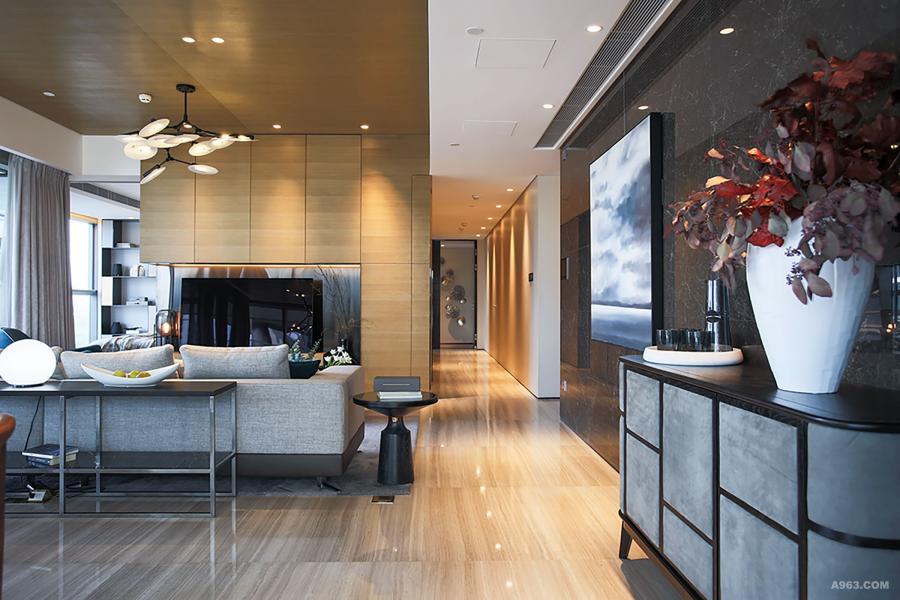 客厅整体硬装偏沉稳的深色,色调偏暖,在软装上多去考虑浅灰、白色的搭配,冷色的加入让空间更平衡。