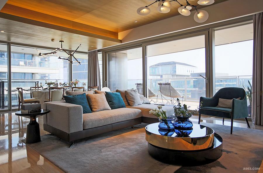 将功能性与艺术性寻求平衡,L型沙发前安置可以通过旋转控制使用面积的茶几, 大理石点缀铜制圆台面边几,提供了更多的便捷性同时充满雕塑感。