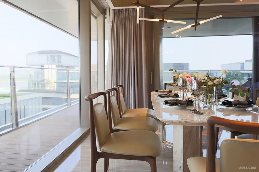 餐桌是天然大理石透着水墨纹理,搭配温润的胡桃木+真皮的餐椅, 流畅的线条展现出工艺之美,家人用餐或者朋友聚会的情感交流重要区域。
