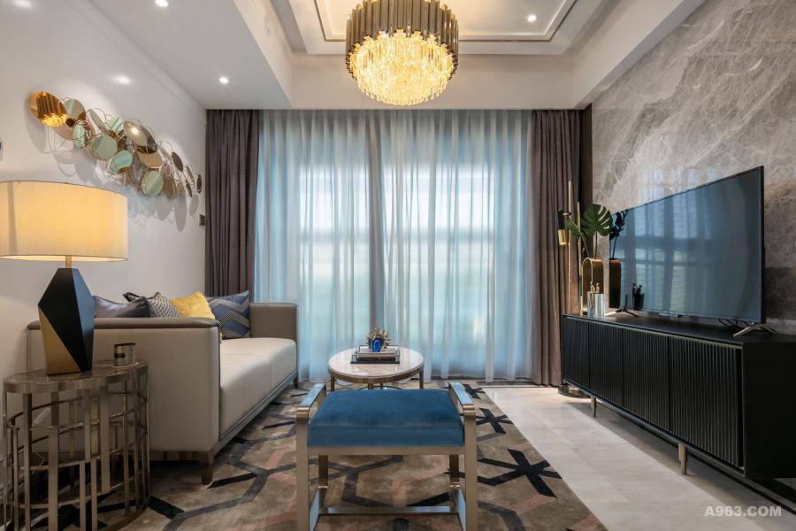 地面铺设白色卡里冰玉大理石,简约纯净的纹理之间凸显出一种高级气质,和电视背景墙的灰色大理石交相呼应,客厅空间氛围静谧而内敛。