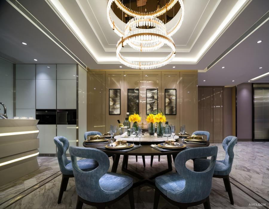 饭厅:圆形的枫木餐桌和灰蓝色布艺拼枫木椅脚餐椅,与餐桌上圆形典雅的水晶吊灯,丰富室内的视觉效果。