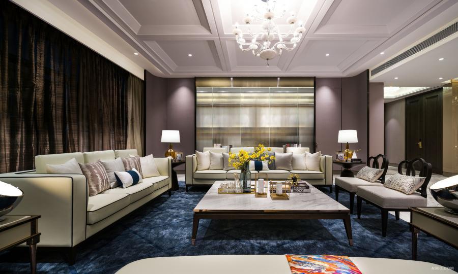 客厅:米白、暖灰二色是大宅的主要色调,加上香槟色金钢、灰镜等点缀,把面积逾325平方米的洋房,打造成的简约而不简单的为尊贵居所。
