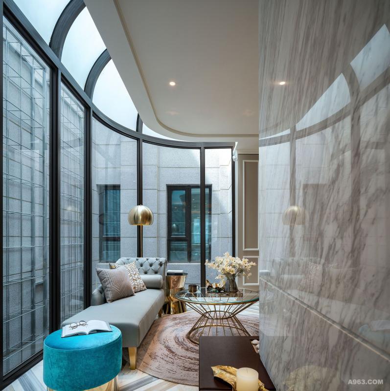 休息厅:大面积的落地玻璃造就了极好的阳光透进室内的效果,圆形地毯和极具设计感的小圆茶几,让整个空间都活泼起来。长型沙发既可以挨坐着阅读,亦可在宁静的午后休憩片刻。