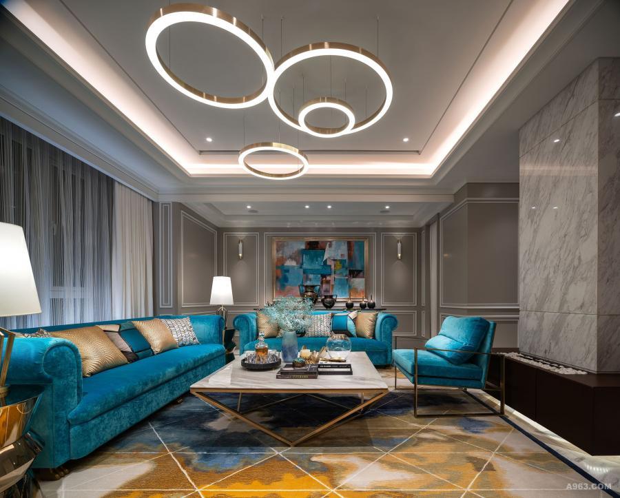 客厅:作为会客厅,设计师采用湖水蓝色的沙发、几何拼接如同熏染的地毯、浮云般的环状吊灯、大理石为面金属脚作支撑的倒三角茶桌,再配以艺术挂画和铜质摆设品作点缀,与浅色的墙身形成强烈的对比,打造不拘一格又充满浪漫巴黎范儿的休闲生活空间。
