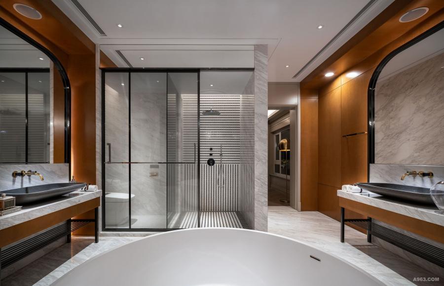 主卫生间:设计师巧用中心对称原理设置两边的镜子和梳洗台,黑色材质和木纹墙身的配合让人耳目一新,淋浴房的工整线条设计与梳洗台又优雅地对应起来。