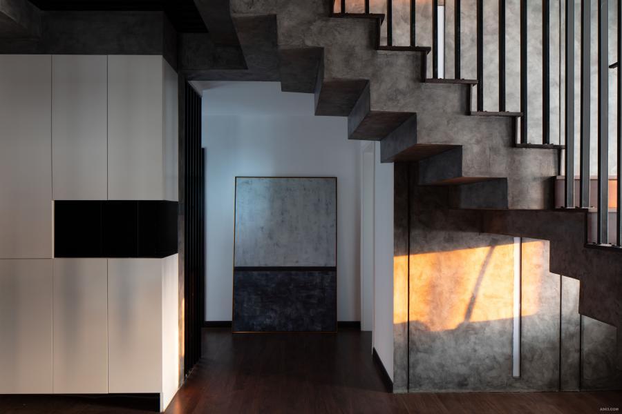 这是一个顶层复式,一楼的房高过高而二楼的房高又过矮,上楼的踏步比正常要多上几个,上楼还容易撞到头,因而楼梯的设计是一个很大的难点。