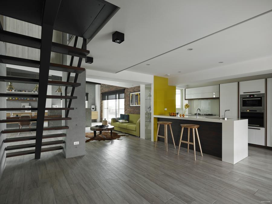 設計師將舊空間中的傳統水泥樓梯改造為鐵件的開放式樓梯,使日光能自由穿透,空間視覺變得更為通透;另一方面搭配開放式廚房,可同時讓多人參與烹飪樂趣,空間的互動感因此更為飽滿。
