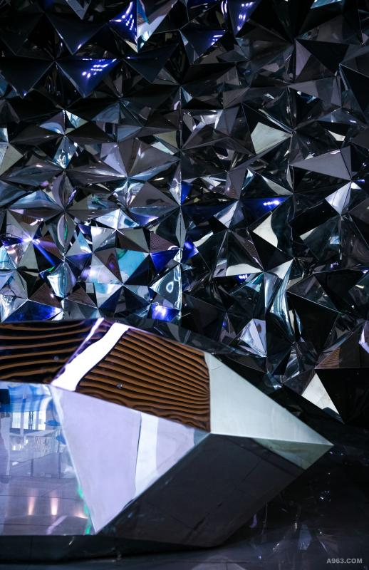 水晶阵: 多棱面不锈钢结构接待台散发着灵动的光芒,彰显着水晶的尊贵气质。