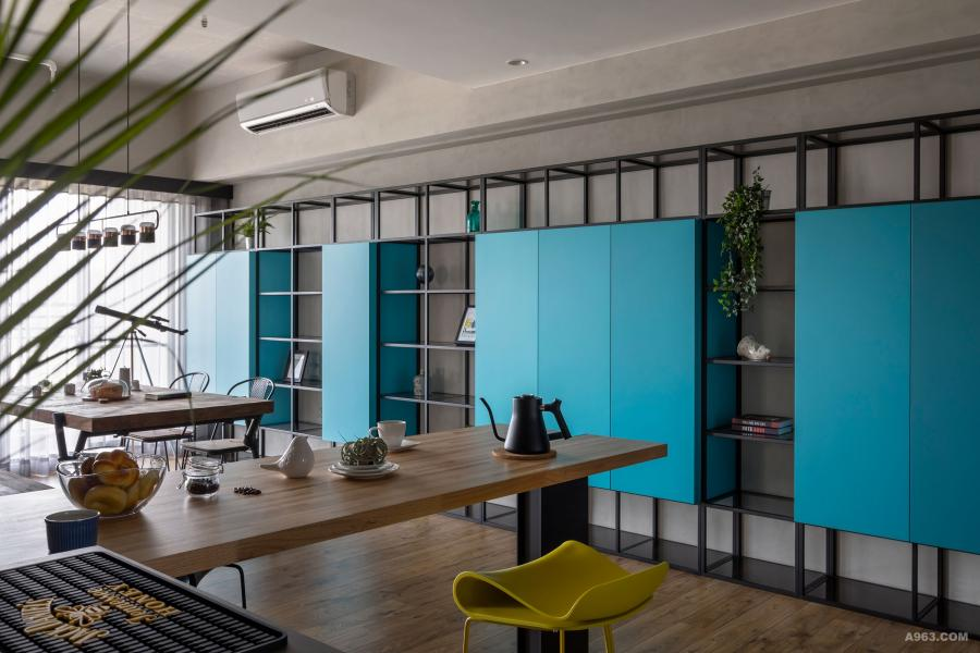 空間中融入輕工業風特質,並藉以色彩展現個性、點出空間韻味,讓住宅展現獨樹一幟的表情