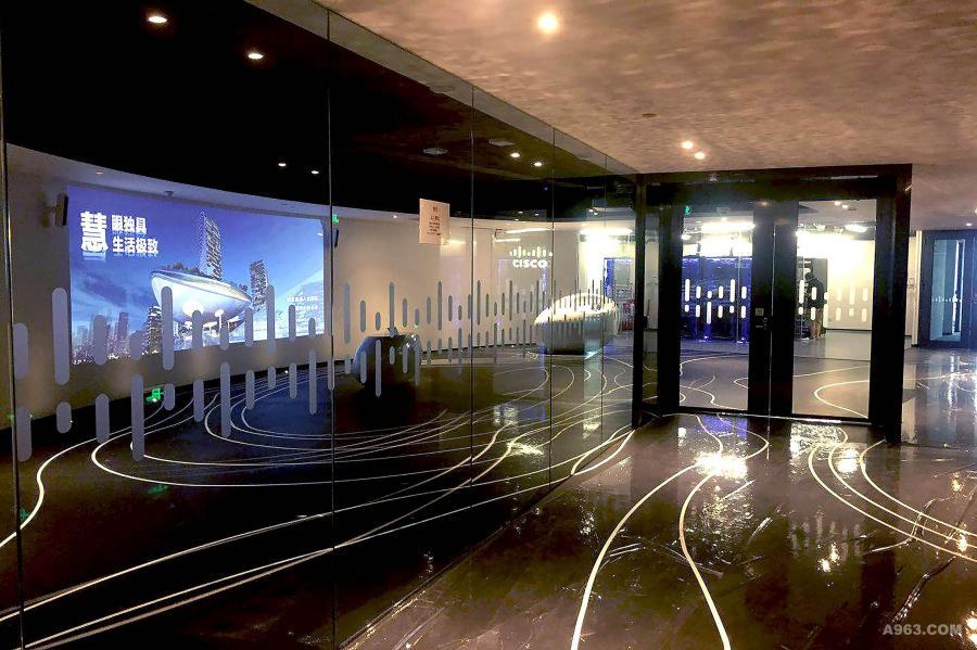不正对电梯厅,将人走轴线由短短的 15 米拉长到 30 米的右面,用意在令人流不交差重叠 可同时参观右面的数据中心后固到城市模型及投影。
