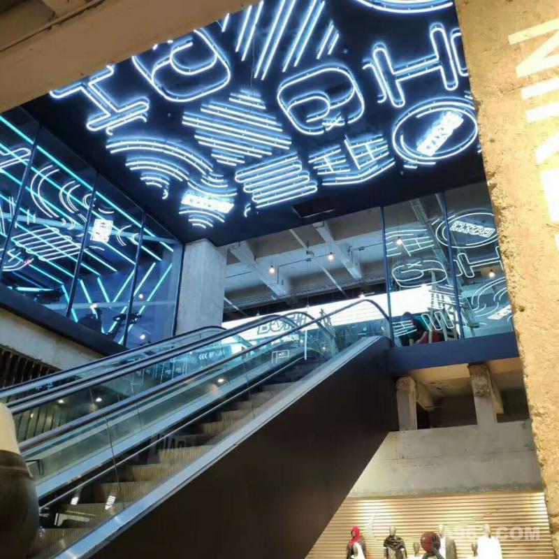 健身房扶梯入口区域,采用大量的霓虹灯图案,弱化为照明而设计。