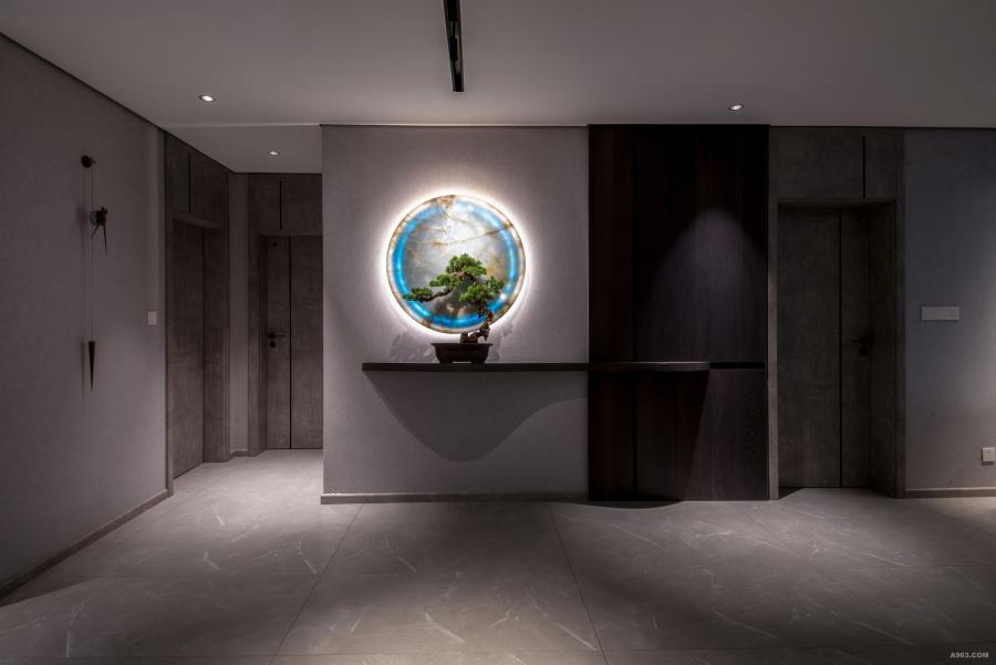 穿过入口,设计师将园林山水中抑景、框景的手法,巧妙的运用到室内空间。