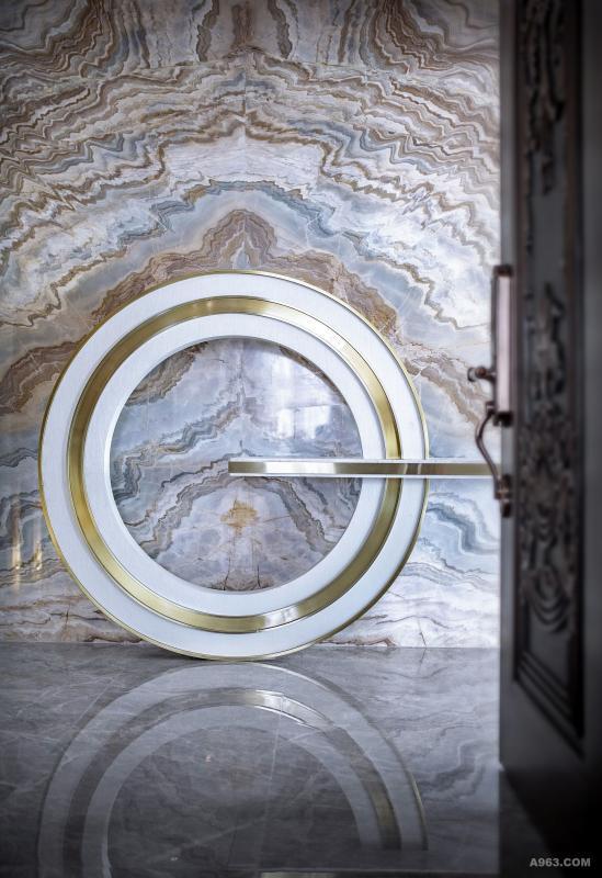 """""""生活""""以电梯间为""""启幕"""",慢慢进入这座家宅的内部,玄关的特殊设置,蕴含着道家哲学""""天人合一。""""也蕴意着一家人""""团团圆圆。""""让生活的叙述由此展开。"""
